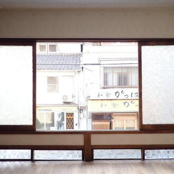 窓を開けると、目の前の路地が見えます。腰掛けて涼みたい!