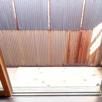 ロフトの窓の景色は向かいのお家。