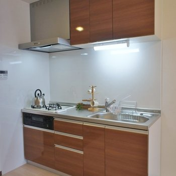 3口コンロにグリル付きのキッチン。※写真は同タイプ3階のもの