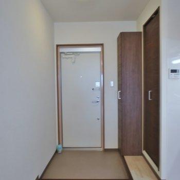 玄関はこちら。※写真は同タイプ3階のもの