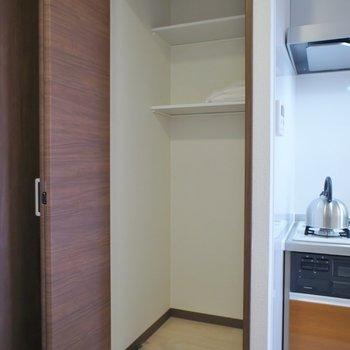 キッチン横には収納が!!※写真は同タイプ3階のもの