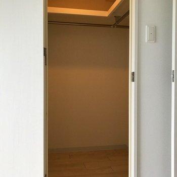クローゼットの中(※写真は7階の同間取り別部屋のものです)