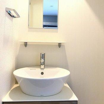 洗面台はスマートに(※写真は7階の同間取り別部屋のものです)