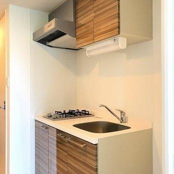 キッチンは広々綺麗(※写真は7階の同間取り別部屋のものです)