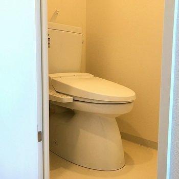 トイレもシンプルに(※写真は7階の同間取り別部屋のものです)