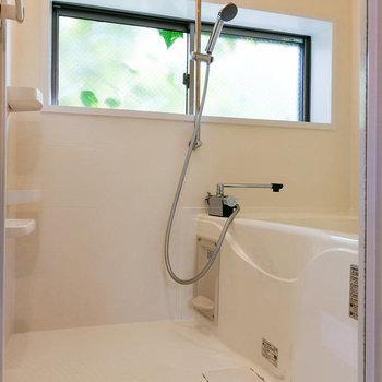 お風呂場ん窓は換気と癒しの一石二鳥。