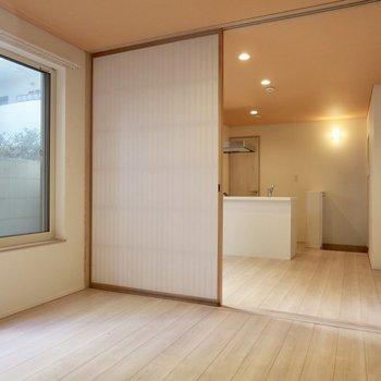 【洋室】障子もお部屋の雰囲気に溶け込んでいます