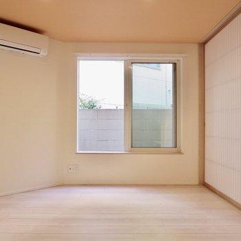 【洋室】オレンジ色の天井があたたかみのある雰囲気に