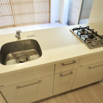 【LDK】調理スペースが広いので、料理も捗りますね※写真はクリーニング前のものです