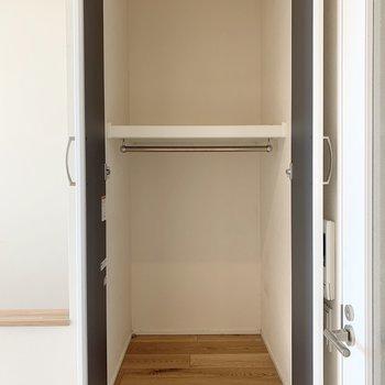 キッチン後ろには棚があります