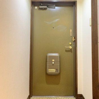 玄関はコンパクト!タイルのデザイン目を引きますね!(※写真は2階の同間取り別部屋、清掃前のものです)