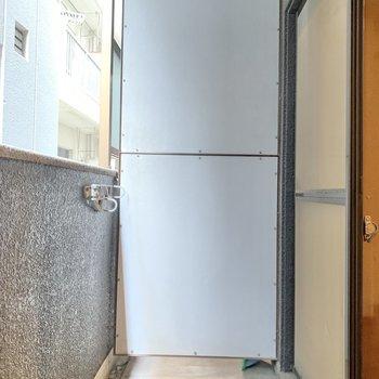 バルコニーに洗濯機を置きましょう〜!(※写真は2階の同間取り別部屋、清掃前のものです)