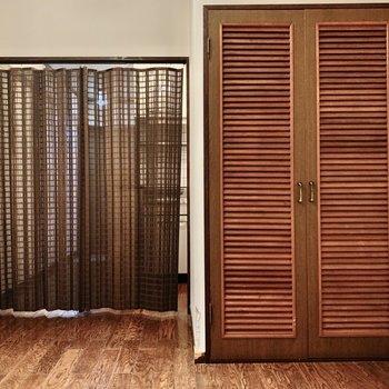 お部屋は布で仕切られます。簾チックなのがよい◯(※写真は2階の同間取り別部屋、清掃前のものです)