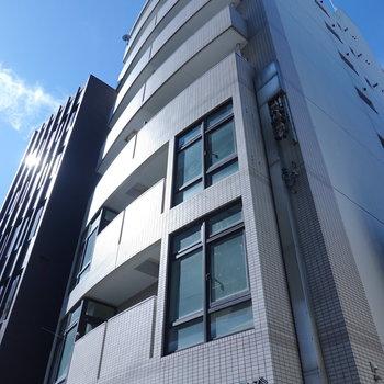 お部屋はこの建物の6階です!