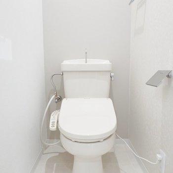 トイレは真っ白で気持ちが良い。ウォシュレット付いてます!