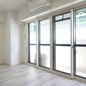 二重サッシの窓なので、防音性も期待できそう。奥に何かスペースがある?