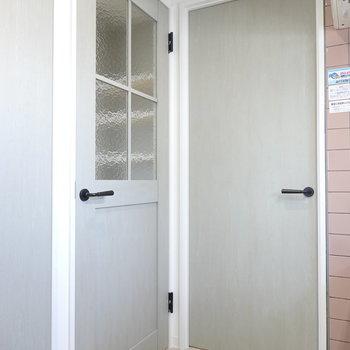 キッチンから、左は玄関、奥は脱衣所へと繋がっています!