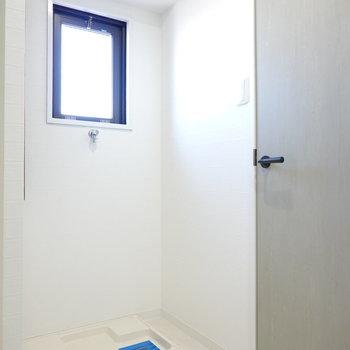 入り口すぐ横に洗濯機置場。