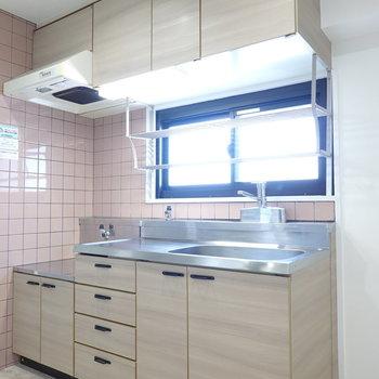 キッチンはシンプルに。冷蔵庫は右手に置けます。
