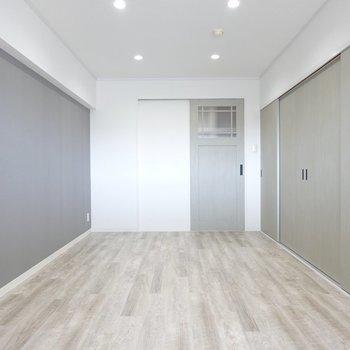 正面が玄関、右手奥がキッチンで、手前がクローゼットのドアになっています。