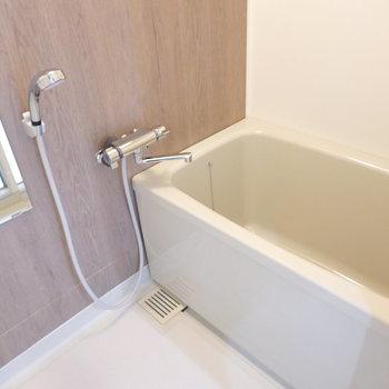 安らぐ柄の壁紙。浴槽のサイズも少し大きめ。