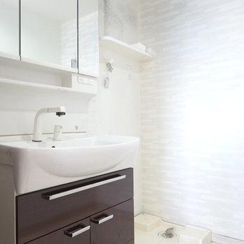 洗面台もお風呂に合わせて。洗濯機置場も脱衣所内。 ※クリーニング前のお部屋です。