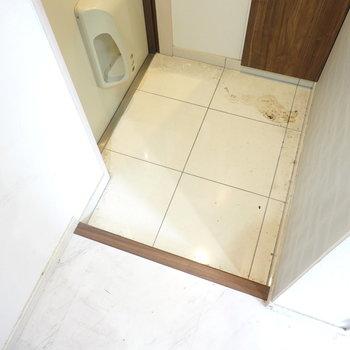 玄関は適正サイズ。 ※クリーニング前のお部屋です。