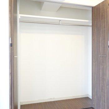 こちらの収納はダイニングより大きめ。 ※クリーニング前のお部屋です。