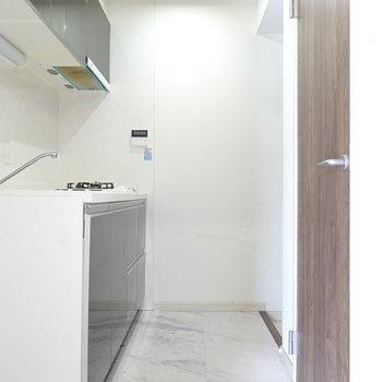 キッチン右手がトイレ。その奥が玄関になっています。 ※クリーニング前のお部屋です。