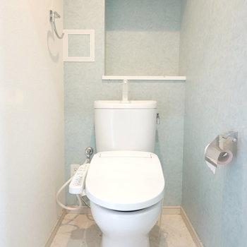 淡いブルーの壁紙が可愛らしい、ウォシュレットつきトイレ。 ※クリーニング前のお部屋です。
