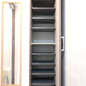 靴箱は上までたっぷりあります! ※クリーニング前のお部屋です。