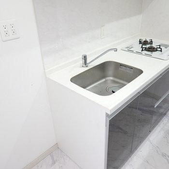 シンプルで綺麗なキッチン!冷蔵庫は左手に。 ※クリーニング前のお部屋です。