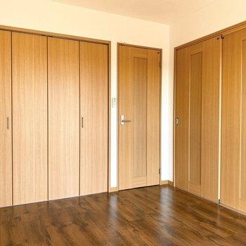 【キッチン側洋室】左から収納、キッチン、洋室への扉です。