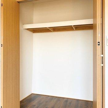 【キッチン側洋室】こちらも大きめで使いやすそう。