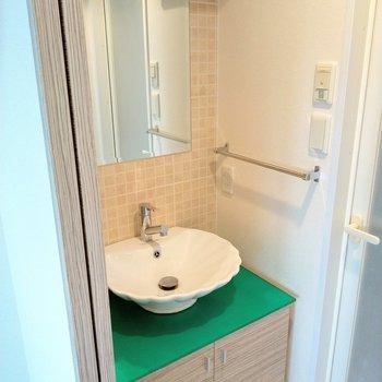 キュートな洗面台発見!大きな鏡に木目の扉…
