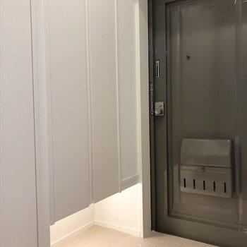 収納下の空間で広く見える玄関。