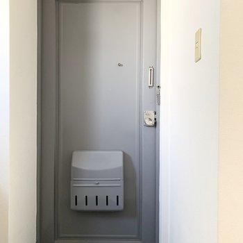 ブルーグレーのドアが素敵。タタキにタイルシートとか敷きたいです。※写真はクリーニング前
