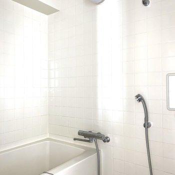 浴室は洗面化粧台の後ろ側。タイルとミラーが良いカンジ。※写真はクリーニング前 ※フラッシュ撮影です