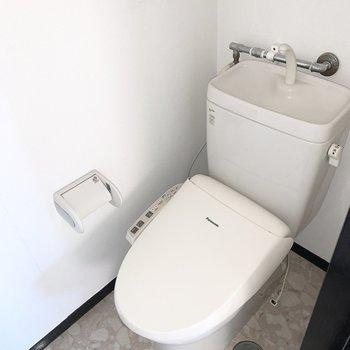 おトイレは玄関脇にあります。ウォシュレット付きですよ。※写真はクリーニング前 ※フラッシュ撮影です
