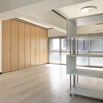 備付の可動棚でお部屋をゆるく仕切れます。※写真はクリーニング前