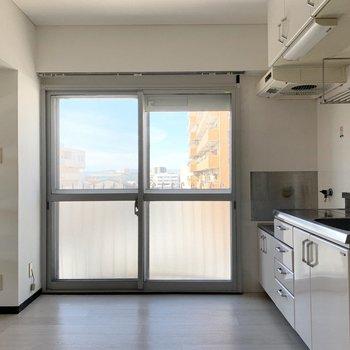 キッチン脇にも大きな窓。※写真はクリーニング前
