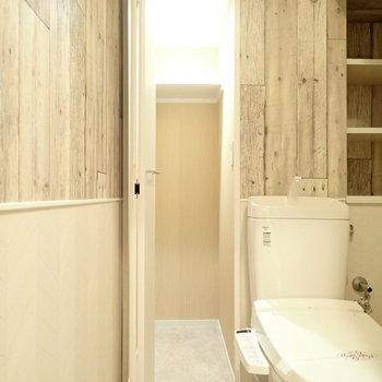 トイレにしてはたくさん入る収納があります。