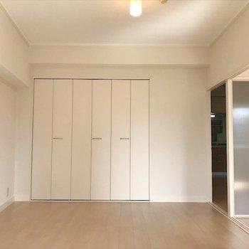 洋室②】こちらは寝室に。※写真は2階同間取り・別部屋のものです。