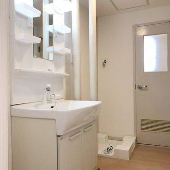 独立洗面台で整理整頓できます。※写真は2階同間取り・別部屋のものです。