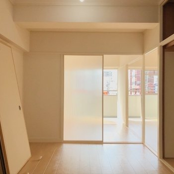 透け感のある扉から陽が差し込みます。※写真は2階同間取り・別部屋のものです。