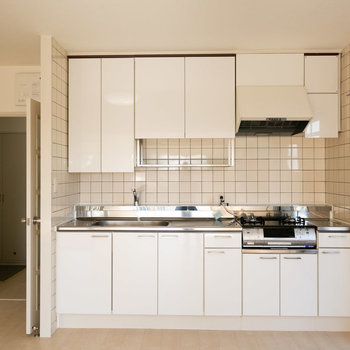 キッチンはこちら、かなり広めです。