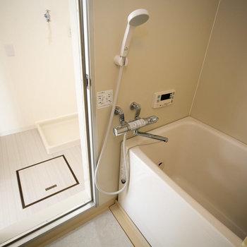 お風呂はこちら。便利なサーモスタット水栓!