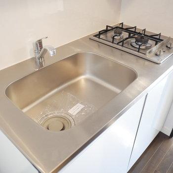 キッチンはクールなデザイン(※写真は3階の同間取り別部屋のものです)
