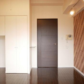 マットな扉と艶のあるフロア(※写真は3階の同間取り別部屋のものです)