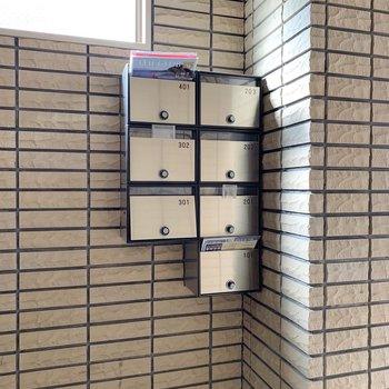 メールボックスは1階、エントランス付近にあります。